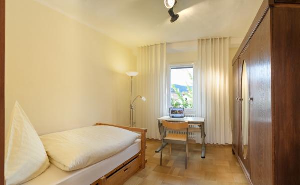 Stadtvilla Neustadt - Schlafzimmer 1, Einzelbett 1 mal 2 m, Jugendschreibtisch, großer Kleiderschrank
