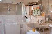 Stadtvilla Neustadt - Bad mit WC, Badewanne, Waschmaschine und Trockner, + separates Gäste-WC vorhanden