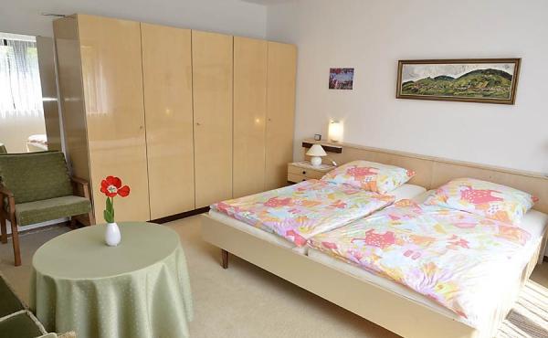 Schlaf-/WohnbereichBadezimmer mit Badewanne, Dusche, zwei Waschbecken und WC - Ferienwohnung Haus Helga, Neustadt an der Weinstraße (Pfalz)