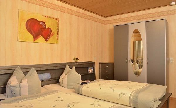 Schlafzimmer 2 - Ferienwohnung Haus Vroni, Weindorf Königsbach, Neustadt / Weinstr. (Pfalz)