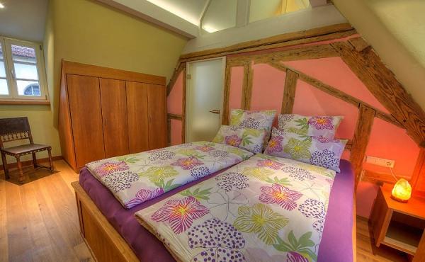 Schlafzimmer aus massiver Kirsche - Ferienwohnung Weindomizil im Hirschhorner Hof, Weindorf Königsbach, Neustadt an der Weinstraße (Pfalz)