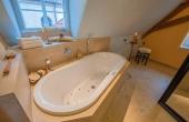 großes Wellness-Bad mit Dusche und Massage-Badewanne und WC - Ferienwohnung Weindomizil im Hirschhorner Hof, Weindorf Königsbach, Neustadt an der Weinstraße (Pfalz)