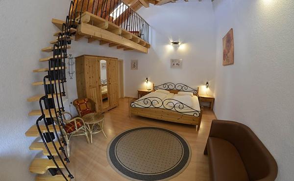 Wohn- und Schlafbereich mit Doppelbett - Gästezimmer im Klohrer Winzerhof, Neustadt / Weinstr., Weindorf Mußbach (Pfalz)