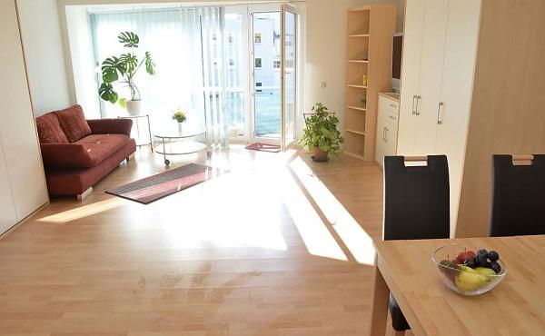 Wohn- und Essbereich, Doppelbett eingeklappt - Fewo Hohenzollern, Neustadt / Weinstr.