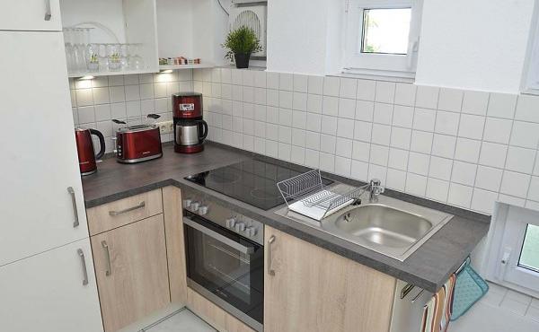 Modern und komplett ausgestattete, kleine Küche - Fewo Hohenzollern, Neustadt / Weinstr.