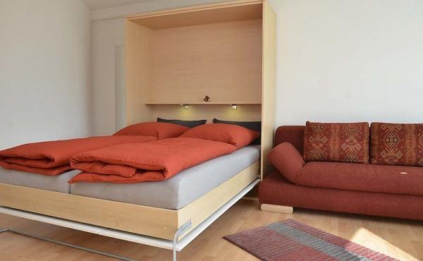 Wohn- und Schlafbereich mit Doppel-Schrankbett sowie Sofa - Apartment Hohenzollern, Neustadt / Weinstr.