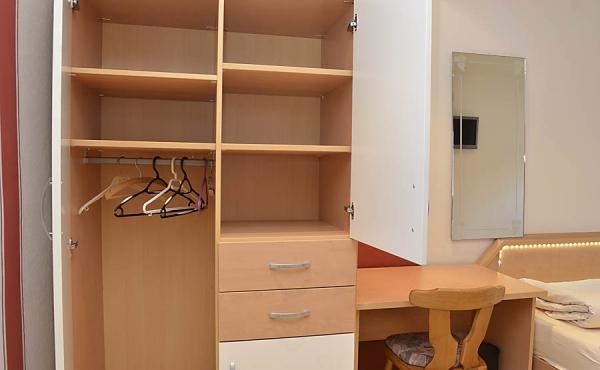 Wohn- und Schlafbereich mit zwei Einzelbetten, Kleiderschrank und Schreibtisch - Gästezimmer im Klohrer Winzerhof, Neustadt / Weinstr., Weindorf Mußbach (Pfalz)