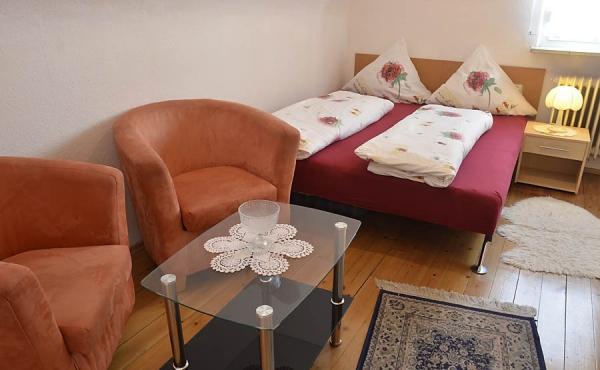 Kleines Schlafzimmer mit Sitzgelegenheit, Ferienwohnung Haus am Weinberg, Mußbach - Neustadt / Weinstr. (Pfalz)