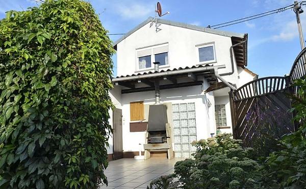 Haus am Weinberg (mit Ferienwohnung) vom Garten aus gesehen. (Pfalz)