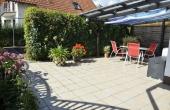 Überdachte Pergola-Terrasse am Garten mit Sitzgelegenheit für unsere Gäste: Ferienwohnung Haus am Weinberg,Mußbach-Neustadt/Weinstr. (Pfalz)
