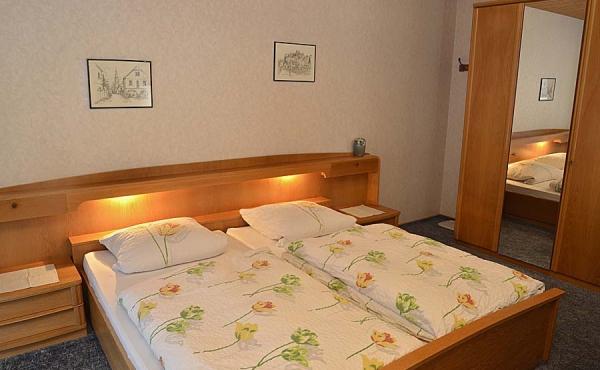 Wohn-/Schlafraum mit Kleiderschrank, Tisch und TV - Gästezimmer 3, Gästehaus Ehmer an der Weinstraßenmitte, Weindorf Diedesfeld, Neustadt an der Weinstraße (Pfalz)
