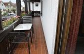 Jedes Gästezimmer hat Zugang zu einem großen, ums Haus laufenden Balkon. Inkl. Tisch, Stühlen und Aschenbecher. - Gästezimmer 3, Gästehaus Ehmer an der Weinstraßenmitte, Weindorf Diedesfeld, Neustadt an der Weinstraße (Pfalz)