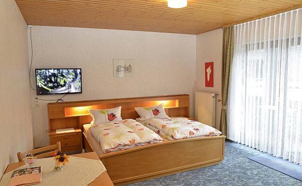 Wohn-/Schlafraum mit Kleiderschrank, Tisch und TV - Gästezimmer 4, Gästehaus Ehmer an der Weinstraßenmitte, Weindorf Diedesfeld, Neustadt an der Weinstraße (Pfalz)