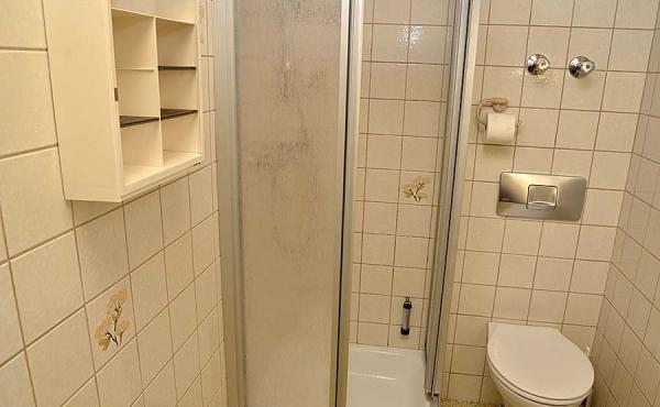 Bad mit Dusche / WC und Föhn - Gästezimmer 4, Gästehaus Ehmer an der Weinstraßenmitte, Weindorf Diedesfeld, Neustadt an der Weinstraße (Pfalz)