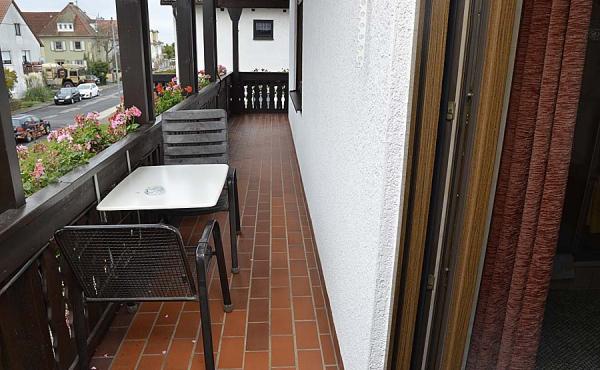 Jedes Gästezimmer hat Zugang zu einem großen, ums Haus laufenden Balkon. Inkl. Tisch, Stühlen und Aschenbecher.