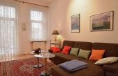 Wohnzimmer mit gemütlicher Couch, Ferienwohnung 1 - Gästehaus Altstadt, Neustadt / Weinstr.
