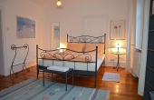 1. Schlafzimmer mit Doppelbett, Fewo Kirchbergblick - Haus am Schlossberg, Neustadt / Weinstr., Weindorf Hambach