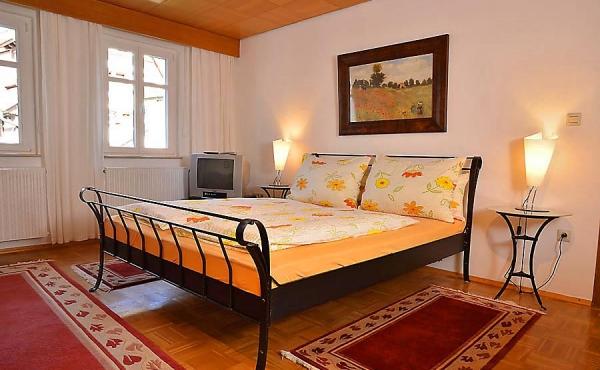 Wohn-/Schlafraum mit Doppelbett und Kleiderschrank, Fewo Schlossbergblick - Haus am Schlossberg, Neustadt / Weinstr., Weindorf Hambach