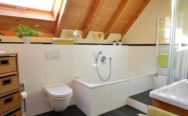 modernes Bad mit großem Fenster und Schloss-Blick - Appartment Dorsa, Ferienwohnungen Stachel\\\\\\\\\\\\\\\\r\\\\\\\\\\\\\\\\n