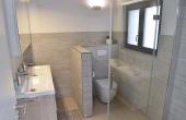 Badezimmer mit Doppelwaschbecken, bodenebener Dusche und WC - Ferienhaus Weinhäusel, Weindorf Hambach, Neustadt / Weinstr. (Pfalz)