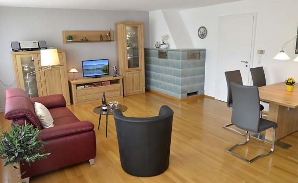 Moderner, gemütlicher Wohnbereich mit großem TV-Flachbildschirm, neu eingerichtet - Gästehaus Altstadt, Neustadt / Weinstr.