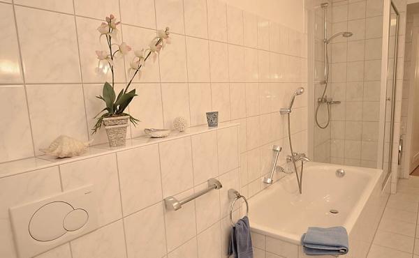 Großes Tageslichtbad mit 2 Waschbecken, Badewanne, Dusche, Waschmaschine, WC + Bidet - Gästehaus Altstadt, Neustadt / Weinstr.