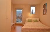 2. Schlafzimmer mit Einzelbett, Kleiderschrank und Zugang z. Balkon