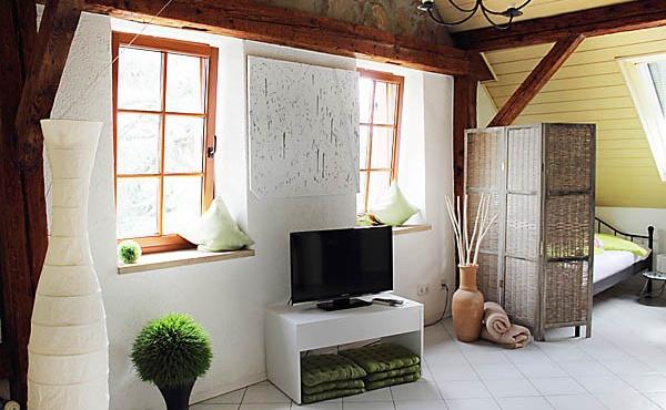 Wohnbereich mit angrenzendem Schlafbereich (2 Einzelbetten), Ferienwohnung Mandelblüte - Urlaubsdomizil Haardter Sonne, Neustadt / Weinstr. (Pfalz)