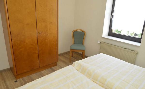 Schlafzimmer mit Doppelbett und Schrank - Fewo Kerner, Ferienhaus Winzerhof