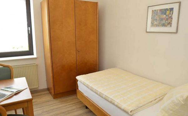 Schlafzimmer mit Einzelbett und Schrank - Ferienwohnung Kerner, Ferienhaus Winzerhof, Weindorf Haardt, Neustadt / Weinstraße (Pfalz)