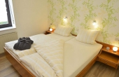 Schlafzimmer mit Doppelbett und Schrank - Ferienwohnung Kerner, Ferienhaus Winzerhof, Neustadt / Weinstraße, Weindorf Haardt