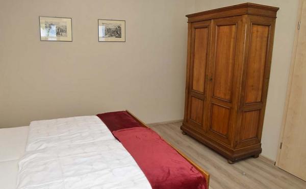 Schlafzimmer mit Doppelbett und Schrank - Apartment Silvaner, Ferienhaus Winzerhof