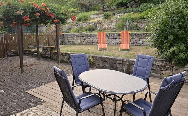 Terrasse und großer Garten mit Liegestühlen - Ferienwohnung Silvaner, Ferienhaus Winzerhof, Weindorf Haardt, Neustadt / Weinstraße (Pfalz)