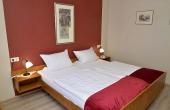 Schlafzimmer mit Doppelbett und Schrank - Ferienwohnung Silvaner, Ferienhaus Winz