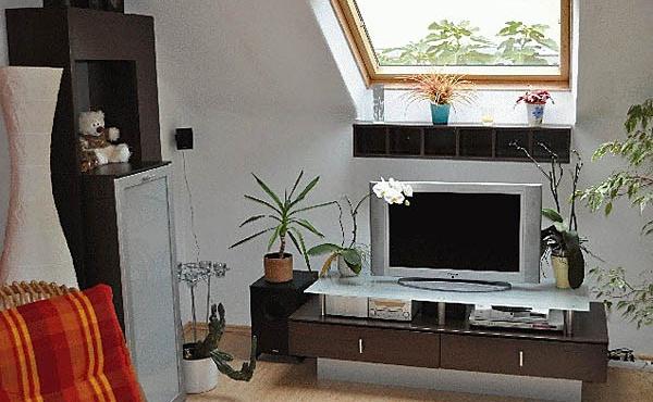 Wohnzimmer mit TV-/Medien-Rack - Ferienwohnung / Ferienhaus Latour, Neustadt / Weinstr. (Pfalz)