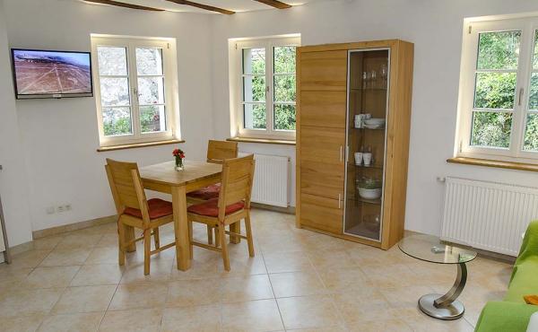 Wohnraum mit Esstisch und kleiner Einbauküchenzeile - Ferienwohnung Biengarten, Weingut Thomas Steigelmann, Gimmeldingen (Pfalz), Neustadt / Weinstr.