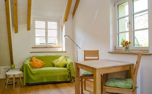 Wohnbereich mit Esstisch - Ferienwohnung Idig, Weingut Thomas Steigelmann, Gimmeldingen (Pfalz), Neustadt / Weinstr.
