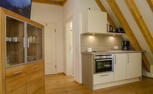 Eingang zum Wohnbereich mit Küchenzeile - Ferienwohnung Idig, Weingut Thomas Steigelmann, Gimmeldingen (Pfalz), Neustadt / Weinstr.