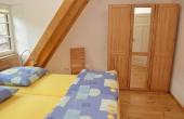 Schlafzimmer mit Doppelbett und Kleiderschrank aus Massivholz - Ferienwohnung Idig, Weingut Thomas Steigelmann, Gimmeldingen (Pfalz), Neustadt / Weinstr.