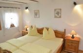 Schlafzimmer im oberen Geschoss - Ferienwohnung Meerspinne, Weingut Thomas Steigelmann, Gimmeldingen (Pfalz), Neustadt / Weinstr.
