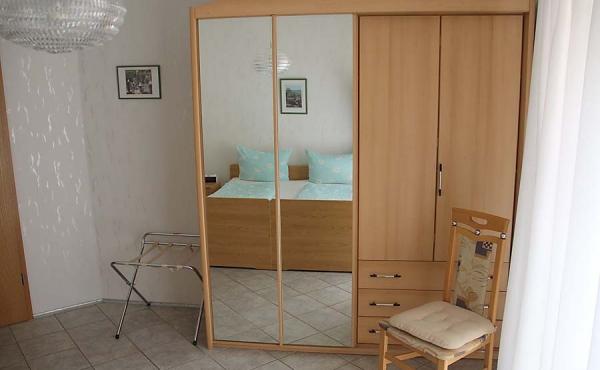 Großes, helles Schlafzimmer - Haus am Fürstenweg - Ferienwohnung, Weindorf Gimmeldingen, Neustadt / Weinstr. (Pfalz)