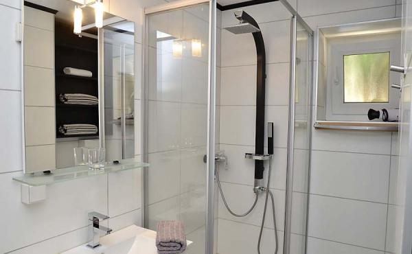 Kleines modernes Bad mit Dusche / WC - Apartment Palatia, Hof Rebenblüte, Weindorf Gimmeldingen, Neustadt / Weinstr. (Pfalz)