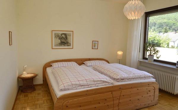 Geräumiges Schlafzimmer mit Doppelbett und Kleiderschrank, mit Zugang zum Nordwestbalkon. - Fewo Penthous im Grünen, Gimmeldingen / Königsbach, Neustadt / Weinstr. (Pfalz)