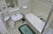 Komfortables Tageslichtbad mit Dusche und Badewanne sowie Toilette und Waschmaschine.