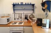 Kleine Küche mit Herd, Mikrowelle, Pizzaofen, Kaffeemaschine, Espressomaschine, Toaster, Heißwasser- und Eierkocher, Zauberstab - liebevoll ausgestattet.